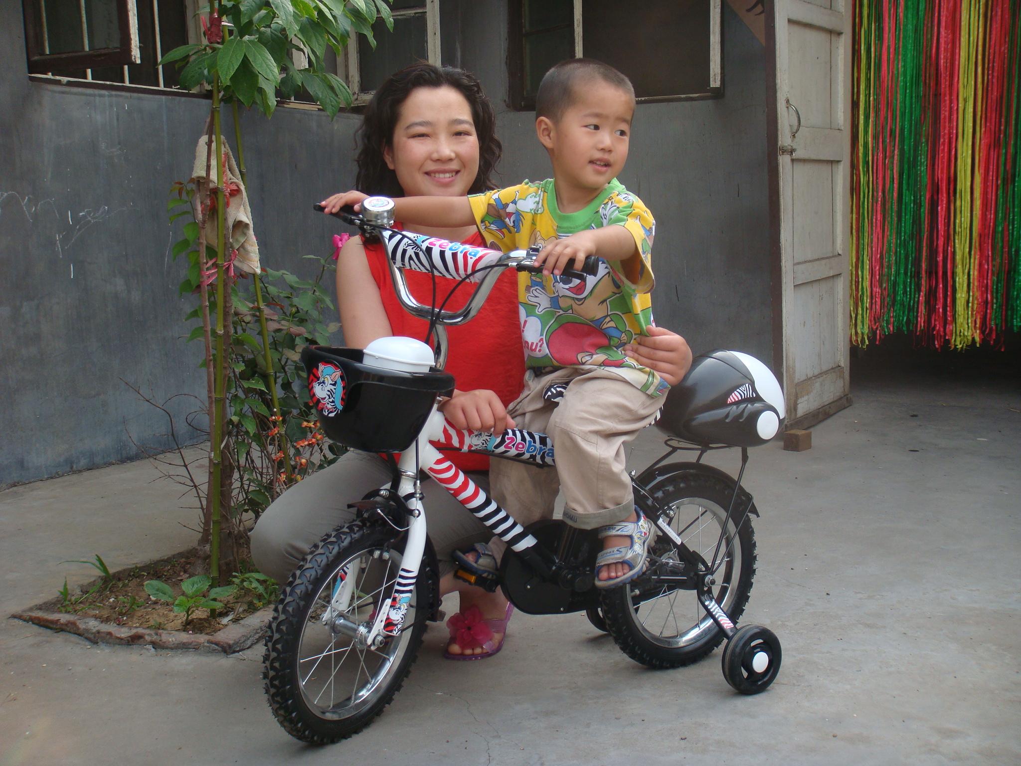 哥哥/这是妈妈送给哥哥的礼物,哥哥骑上去帅吧,不过哥哥还是个胆小...