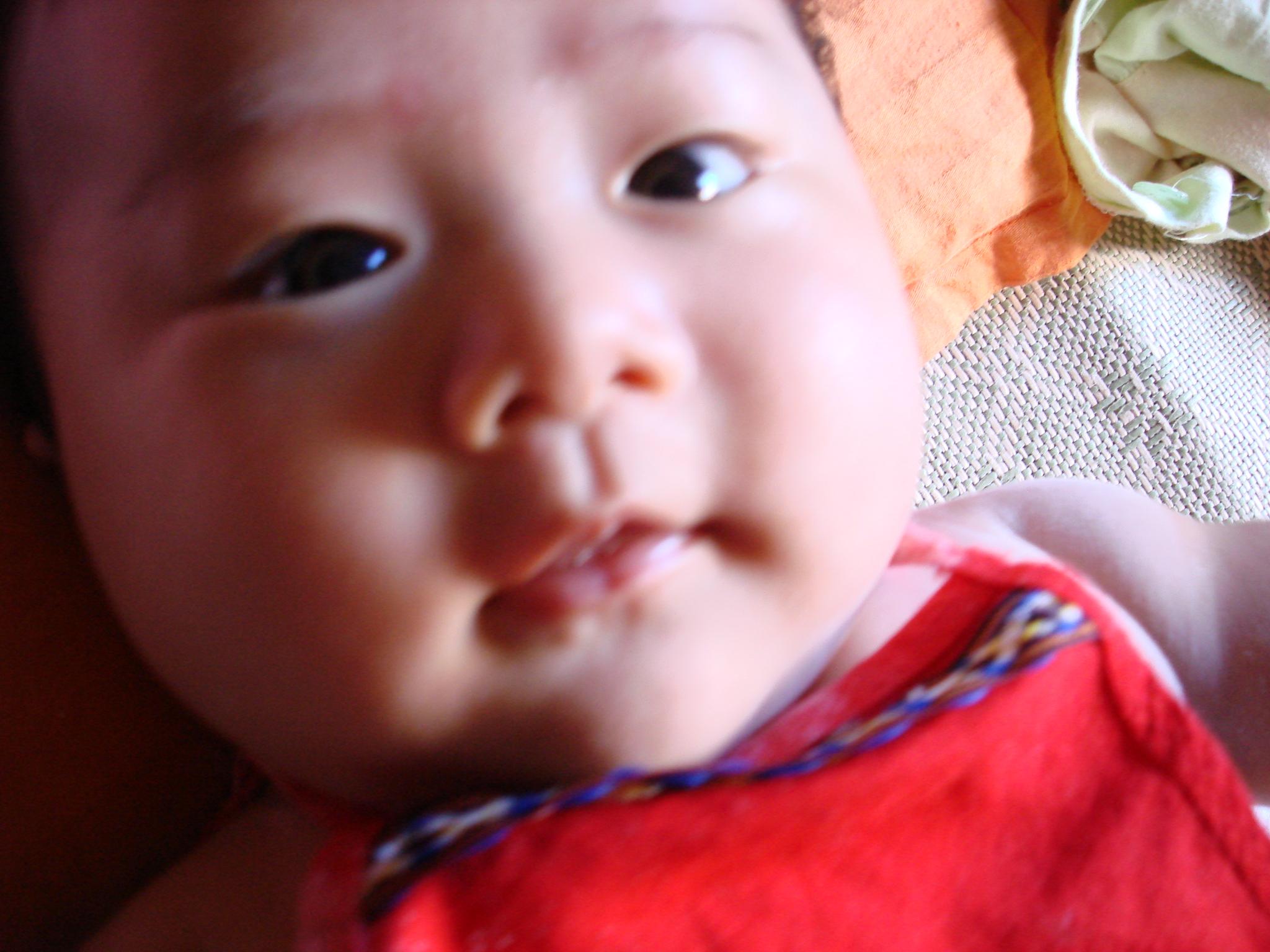 正文从这里开始:宝宝从出生到现在都是单眼皮。可我和他爸爸都是双眼皮,按理说不应该呀。后来听别人家说小孩到三四个月以后会变过来的,果然宝宝的眼睛从昨天开始有点想双了。不过我们看了几个月的单眼皮觉得也很迷人的。姥姥总被嘻嘻的单眼皮大眼睛迷住呢!现在美容技术这么先进,双眼皮太多了,真要是单眼皮也挺特别的呢。真是小孩长大18变。真心祝愿我们可爱的宝宝健康成长!