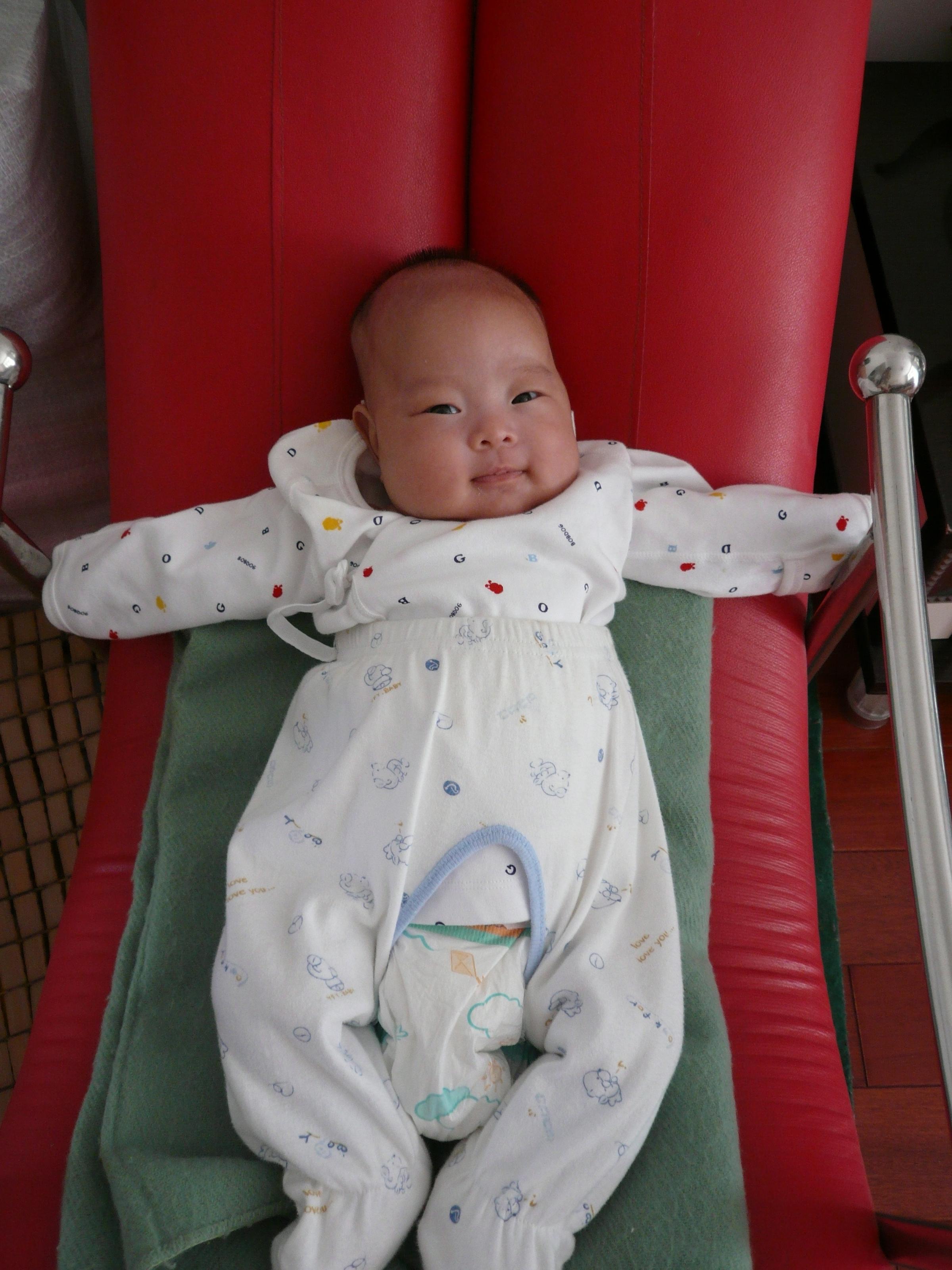 一百天的宝宝发育标准是什么 一百天的宝宝怎么喂... -快速问医生