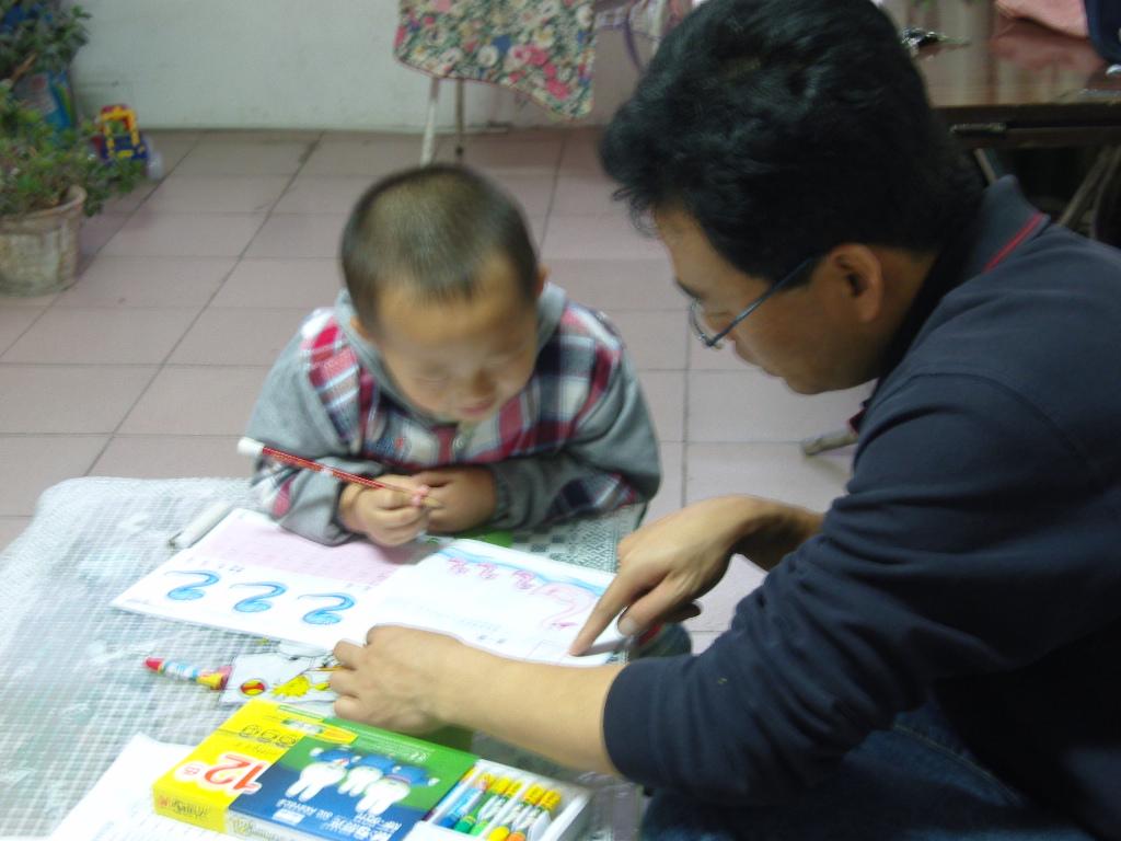 陪孩子写作业-爸爸陪我做作业图片